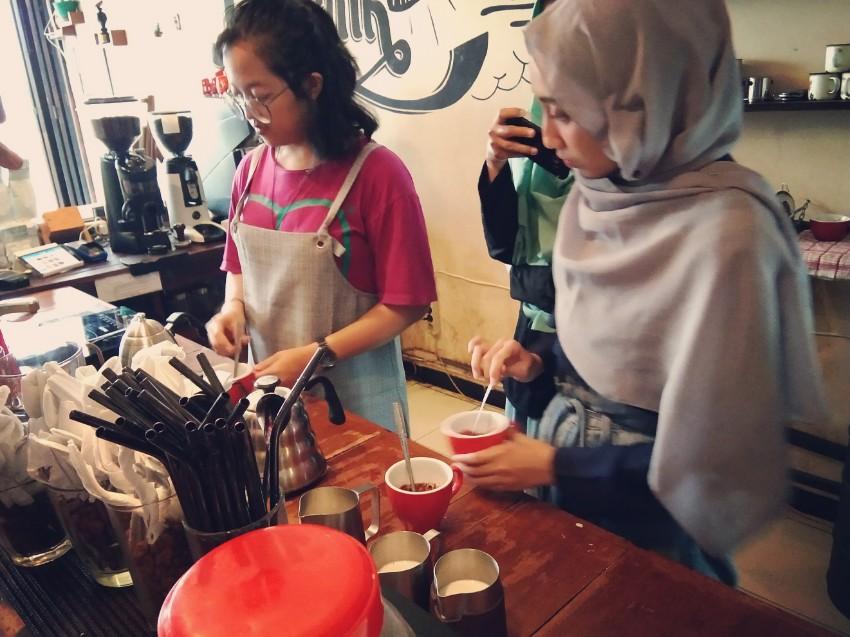 Barista Wanita Equal Coffee, kafe kopi malang, ngopi malang, kafe kopi malang