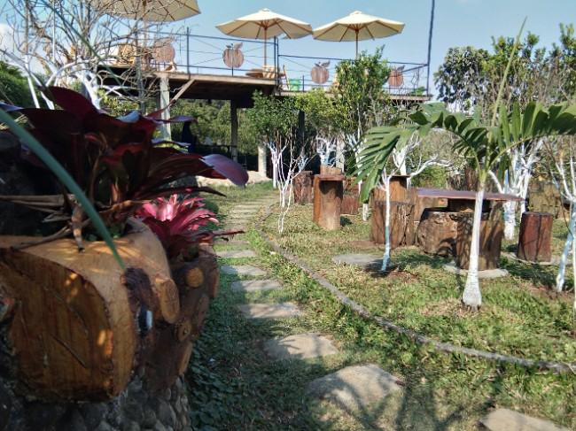 Cafe di tengah kebun apel D'Goendoe Cafe Batu